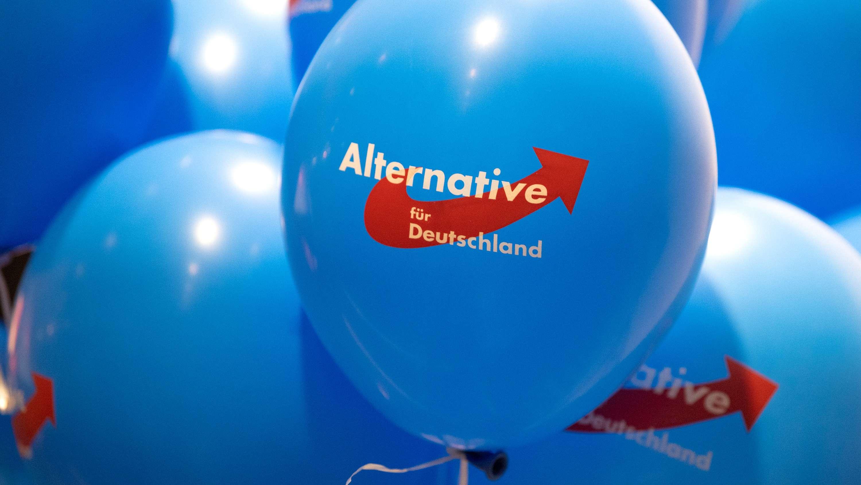 Blaue Luftballons mit dem AfD-Logo darauf