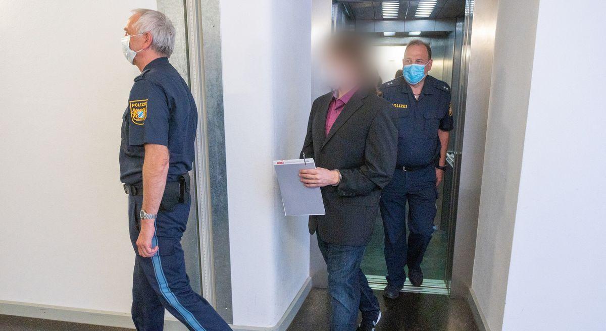 Angeklagter im Mordfall Maria Baumer wird von Polizisten ins Gericht geführt.