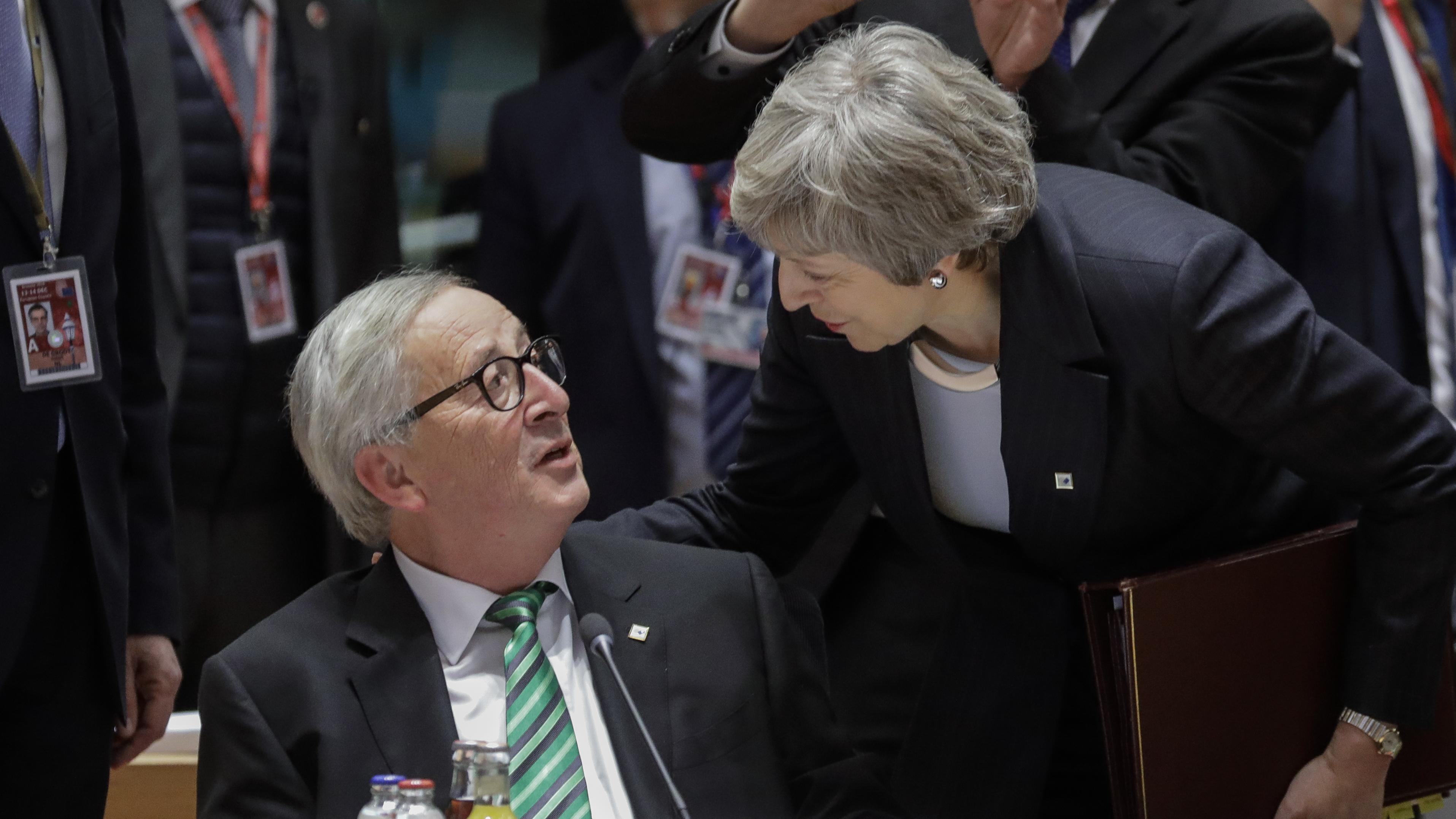 Die britische Premierministerin Theresa May und EU-Kommissionspräsident Jean-Claude Juncker im Gespräch