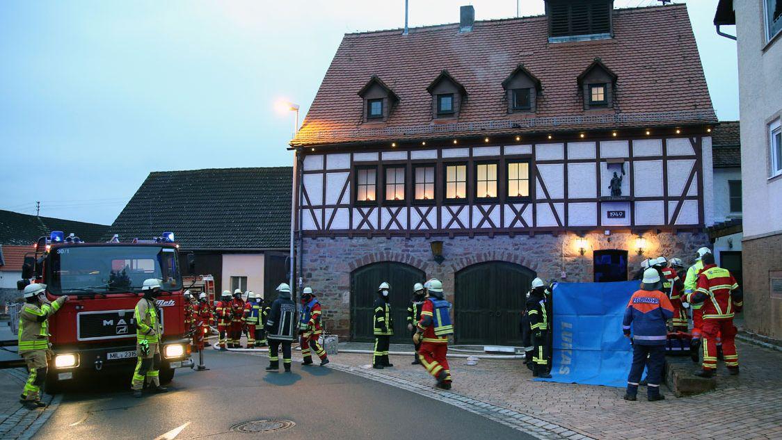 Rettungskräfte am Einsatzort des Wohnungsbrands.