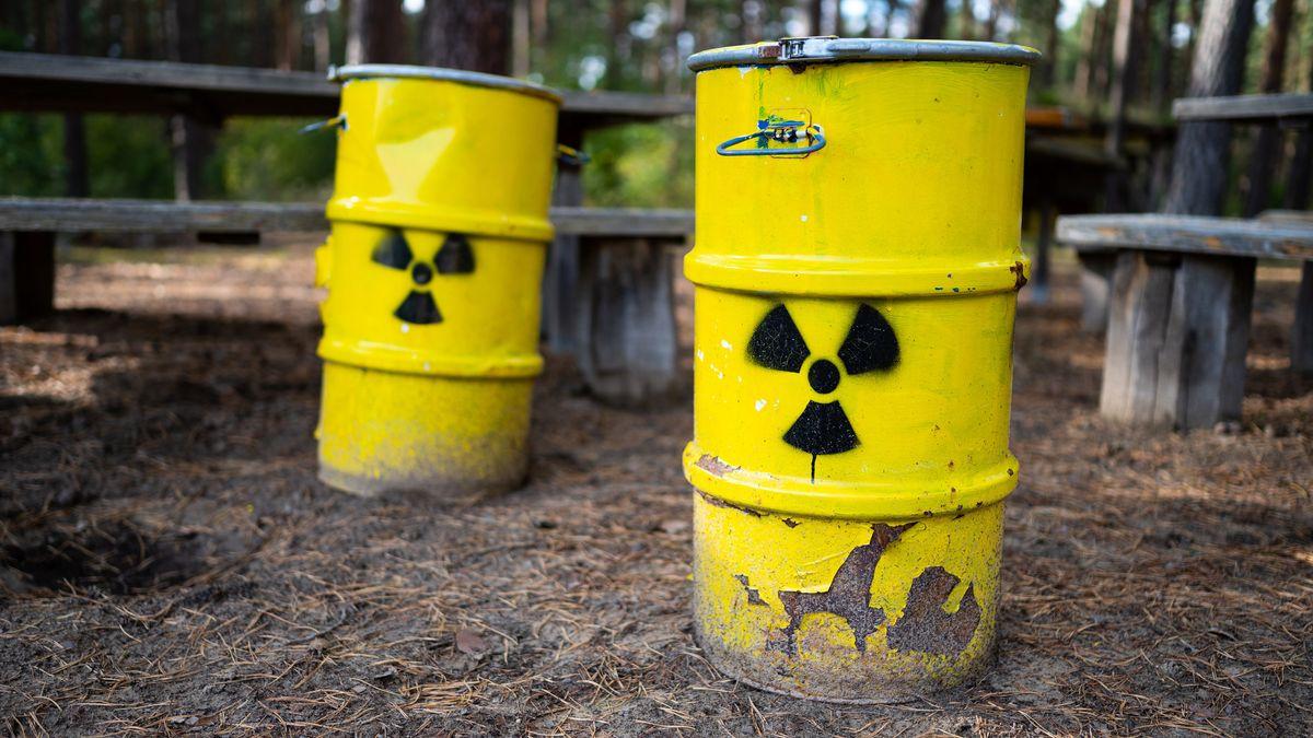 Zwei gelbe Tonnen mit Atommüll (Symbolbild)