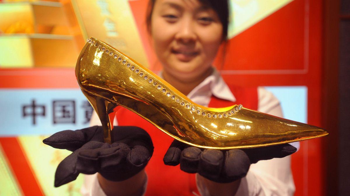 Chinesin mit Goldschuh