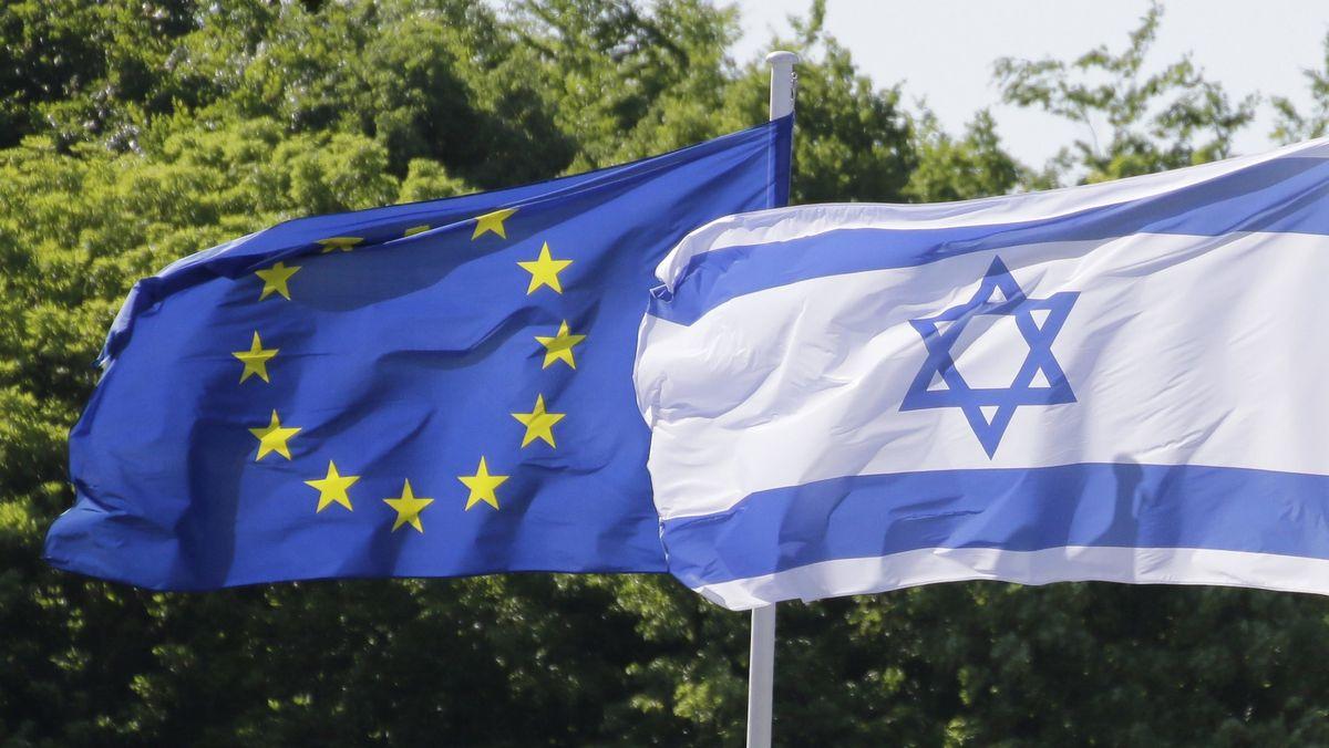 Die Fahne der EU und die israelische Flagge.