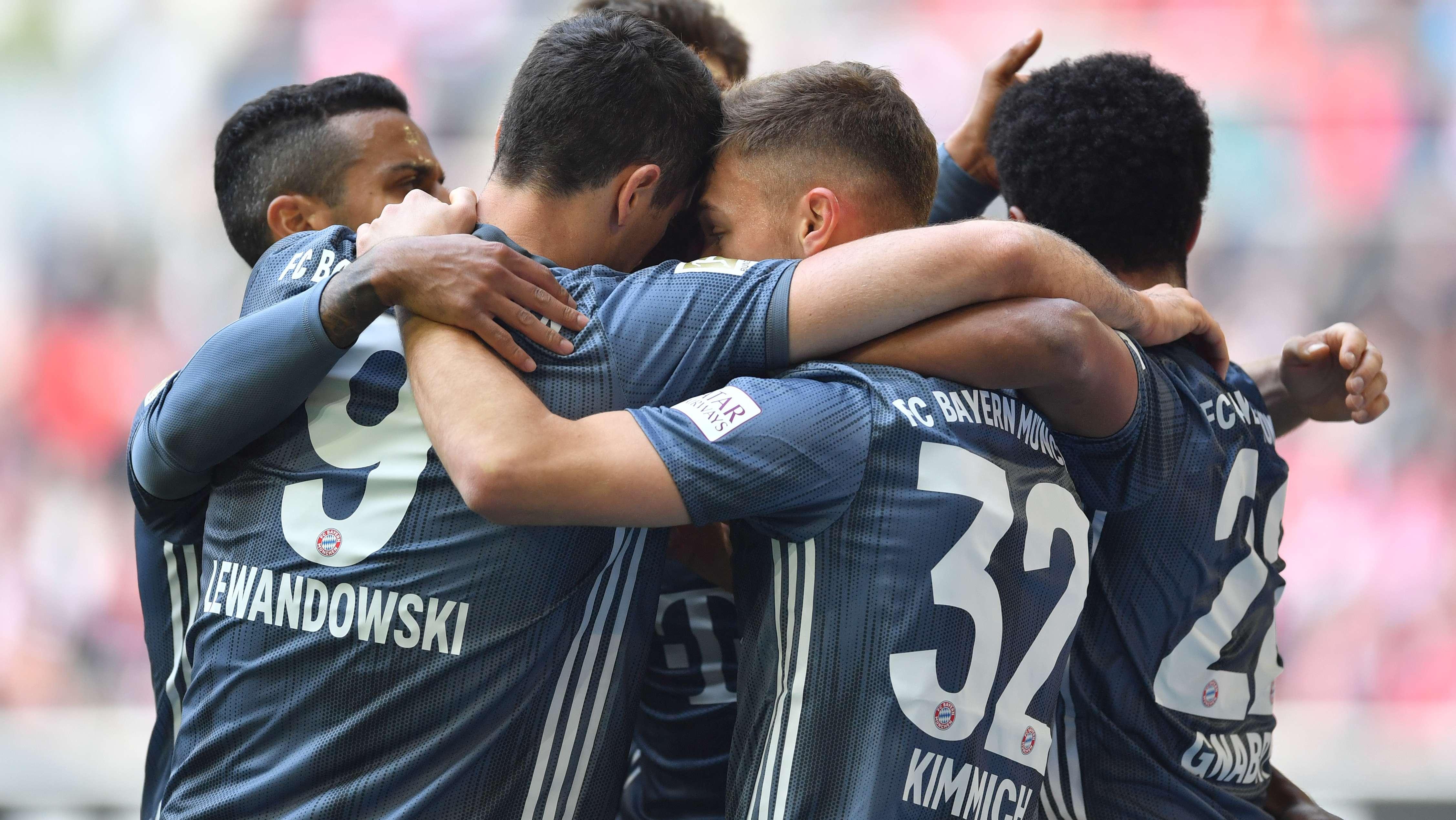 Spieler des FC Bayern München umarmen sich