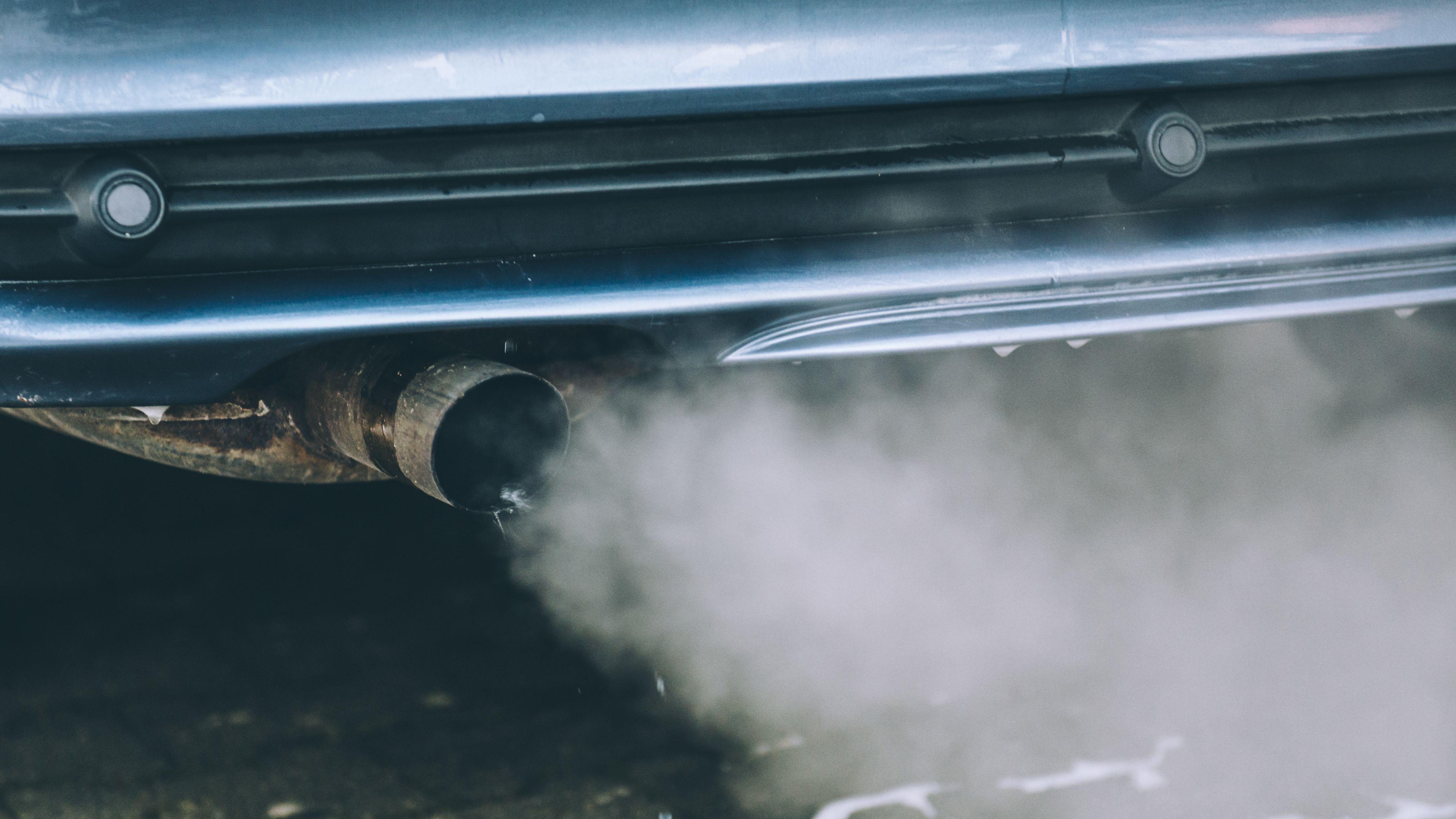 Abgase kommen aus dem Auspuff eines Autos