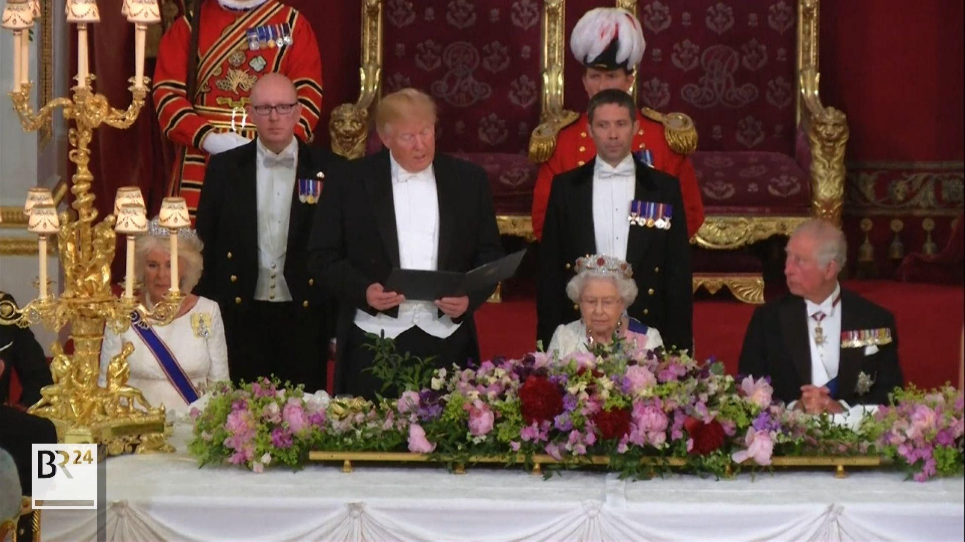 US-Präsident Trump hält eine Rede am Tisch vor britischen Royals