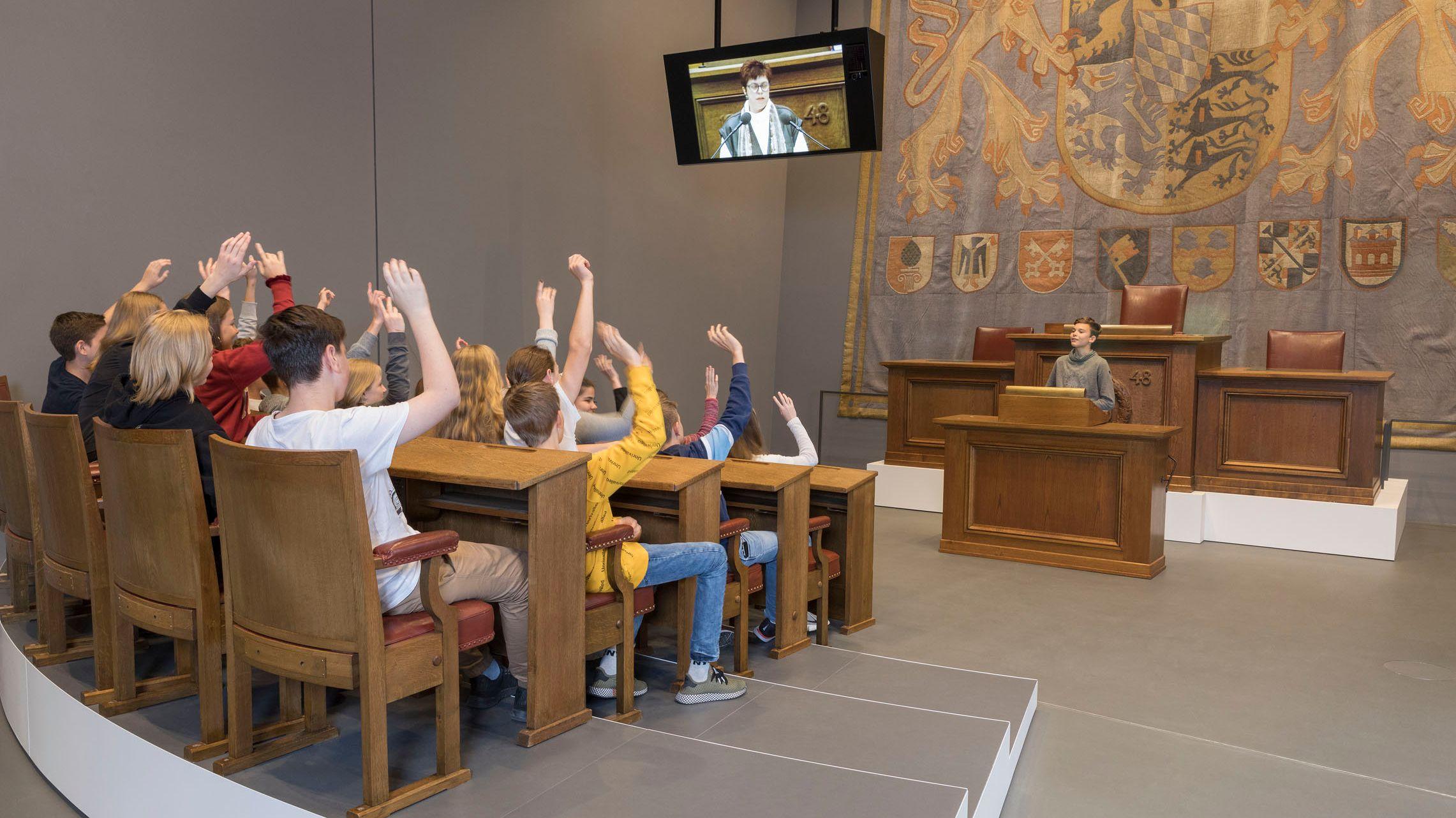 In der interaktiven Landtagsinszenierung des neuen Museums können die Besucher selbst bei drei verschiedenen Landtagsdebatten abstimmen.