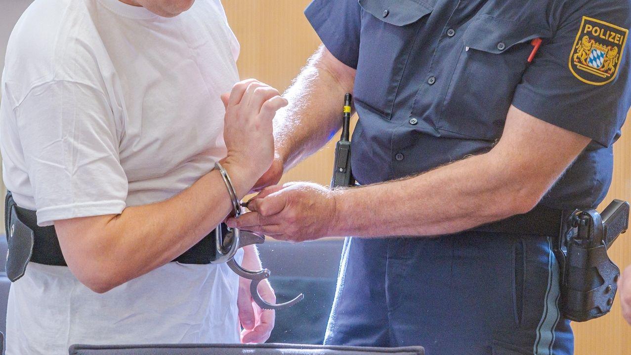Dem Angeklagten werden im Verhandlungssaal die Handschellen angelegt. Der Straubinger wurde wegen Mordes zu lebenslänglicher Haft verurteilt.