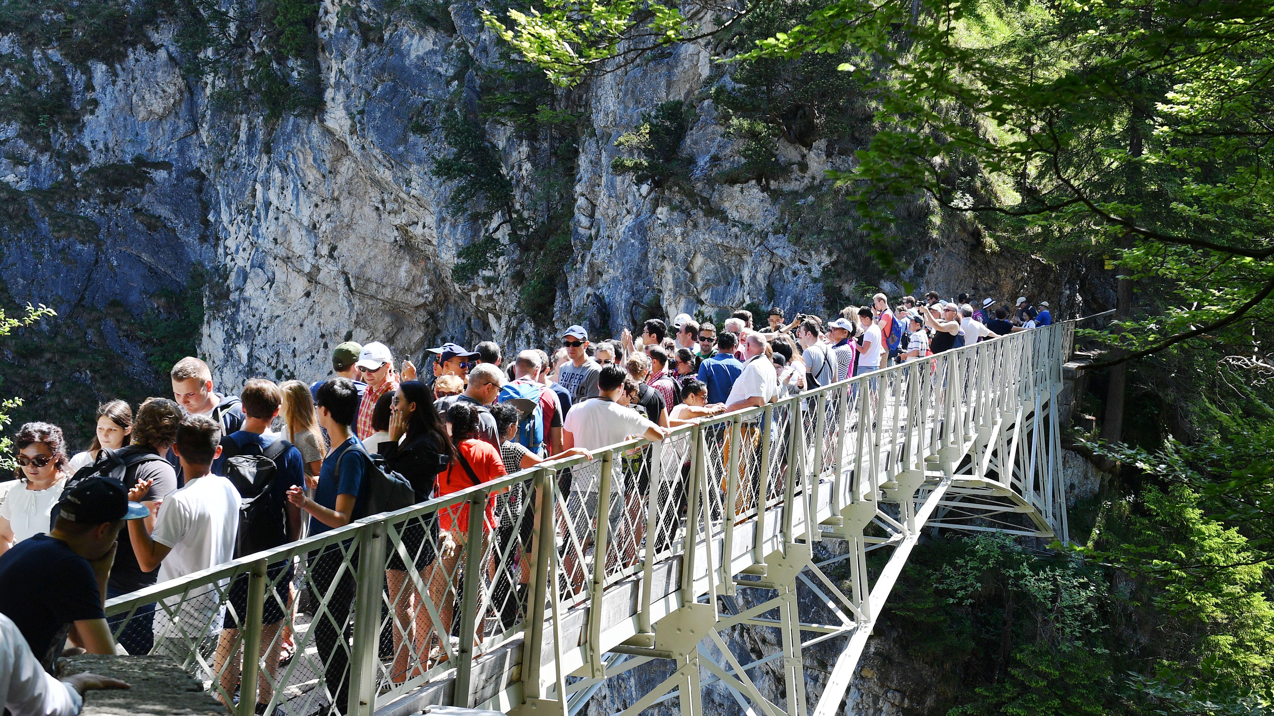 Die Marienbruecke in Schwangau bei Füssen. Touristen wollen Blick auf Neuschwanstein erhaschen.