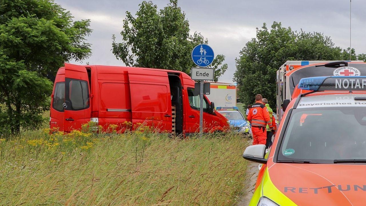 Unfallort in Albersdorf: Eine Arbeiterin wurde vom eigenen Transporter überrollt, als sie Ware entladen wollte. Sie starb an der Unfallstelle.