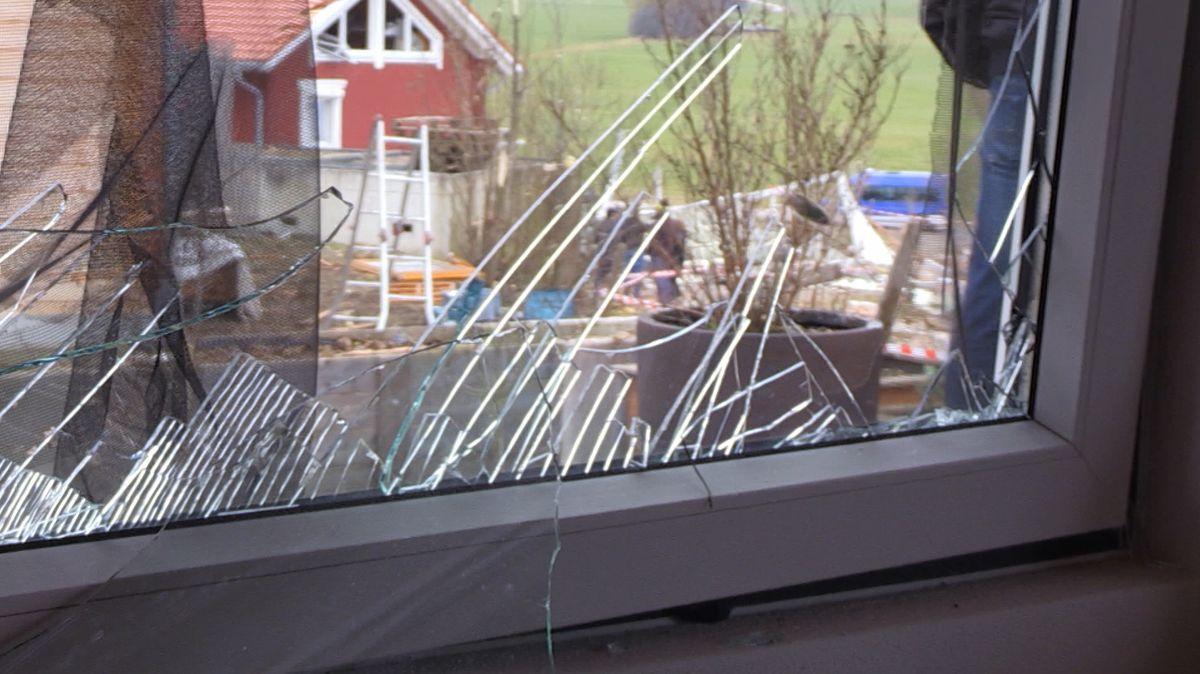 Bei Tageslicht wird deutlich, welche Wucht die Explosion im Vereinsheim des TSV Oberbeuren entwickelt hat. Die umliegenden Häuser sind zum Teil schwer beschädigt. Die Anwohner geschockt, aber dankbar, dass niemand verletzt wurde.