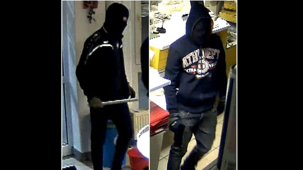 Videostandbild: zwei Männer mit Kapuze und Skimaske beim Überfall auf die Tankstelle in Schwarzach