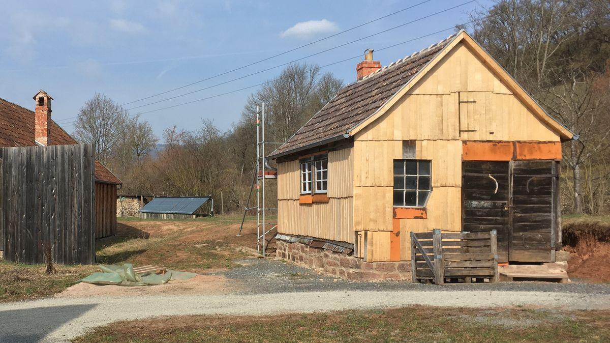 Die Restaurierung der Außenfassade der historischen Schmiede aus Waldberg ist bereits abgeschlossen