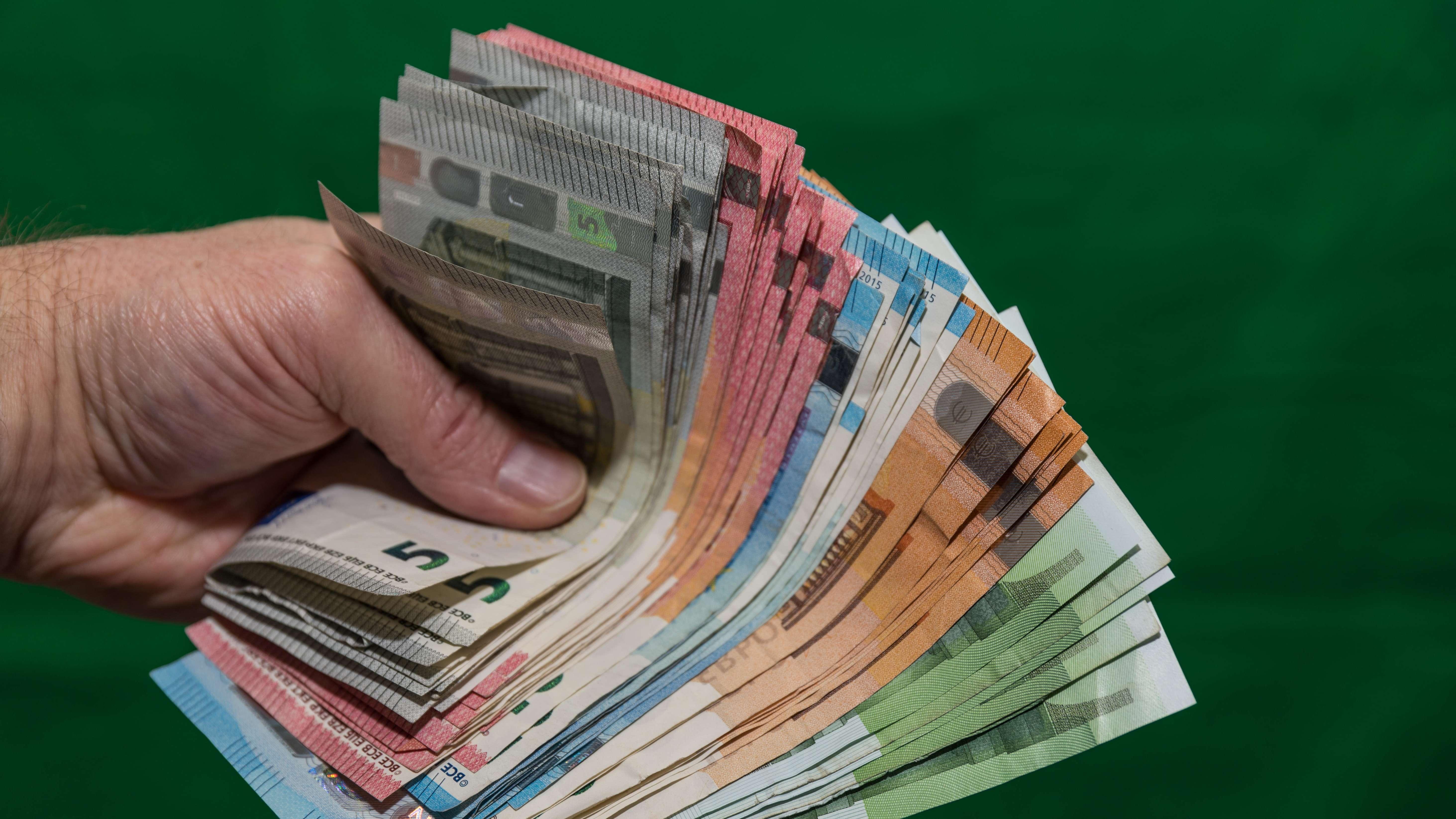 Symbolbild: Trickbetrüger erbeuten von Seniorin fast eine Viertelmillion Euro