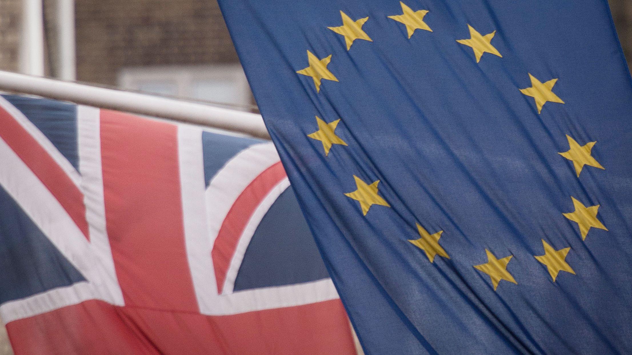 Fahnen der EU und Großbritanniens. (Aufnahme von 2016)