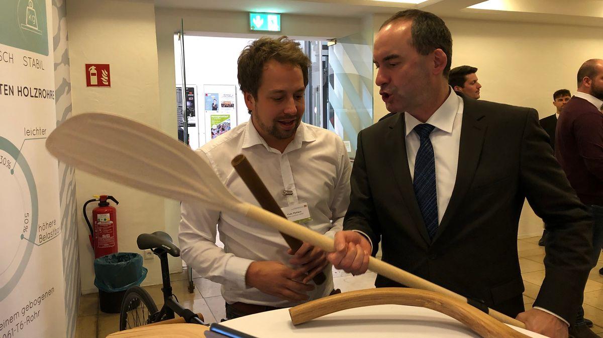 Hubert Aiwanger (rechts) bei der Vorstellung der Bioökonomiestrategie in Straubing