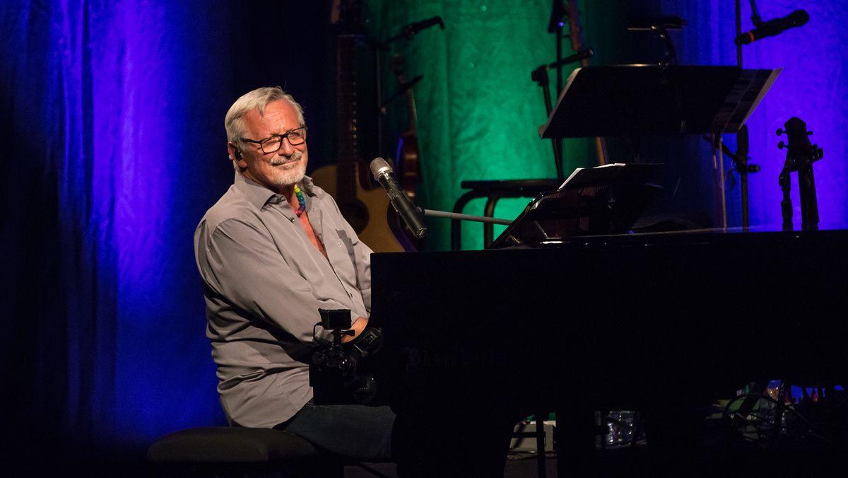 Der Musiker Konstantin Wecker sitzt an einem Konzertflügel