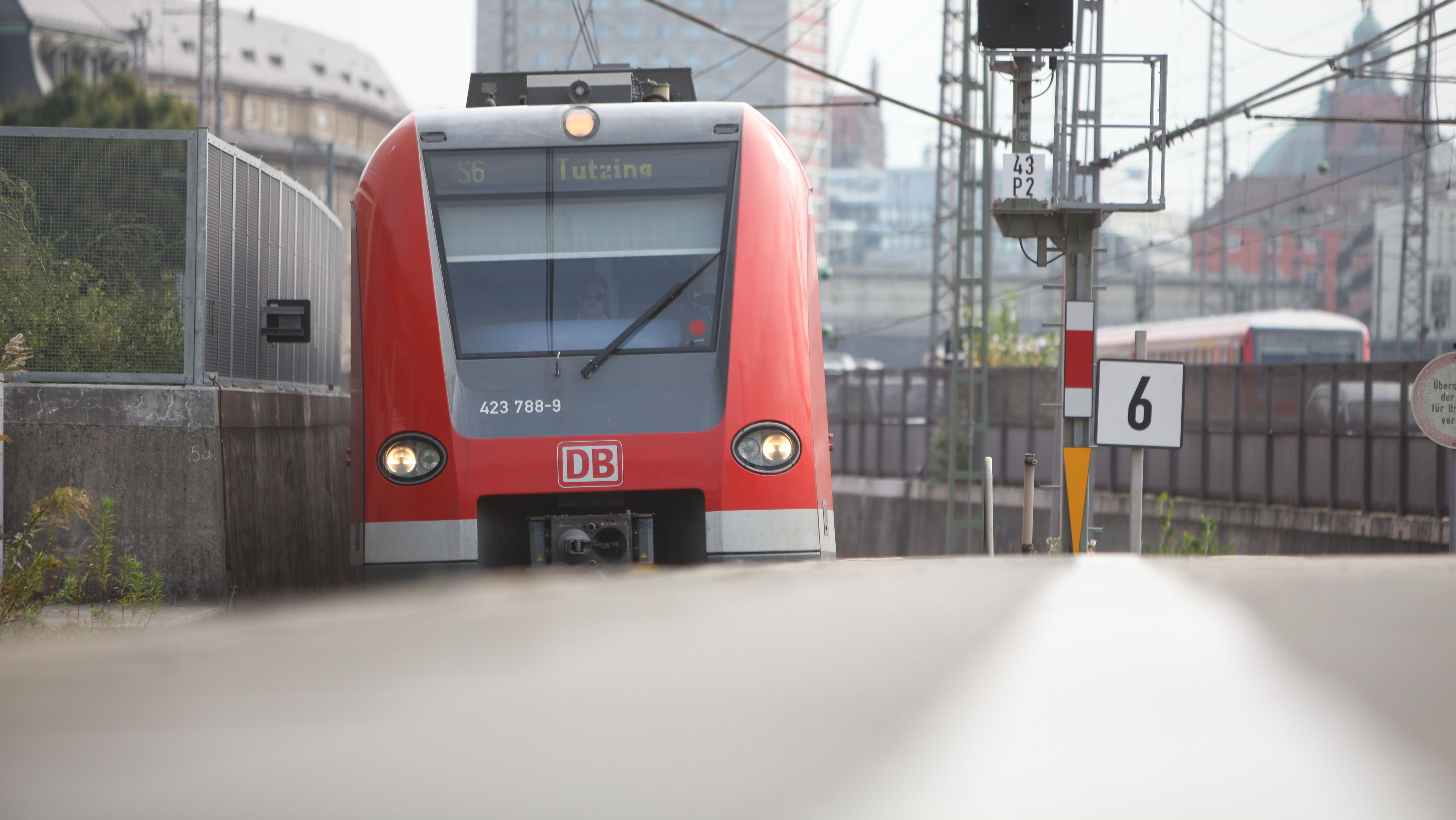 S-Bahn kommt am Münchner Hauptbahnhof aus dem Stammstreckentunnel.