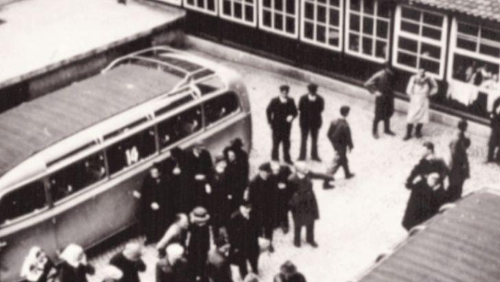 """Bei den Deportationen aus Bruckberg in Mittelfranken hat jemand die Verladung in die """"grauen Busse"""" festgehalten. Man geht davon aus, dass viele Patientinnen und Patienten ahnten, dass sie in die Vernichtung gefahren wurden"""