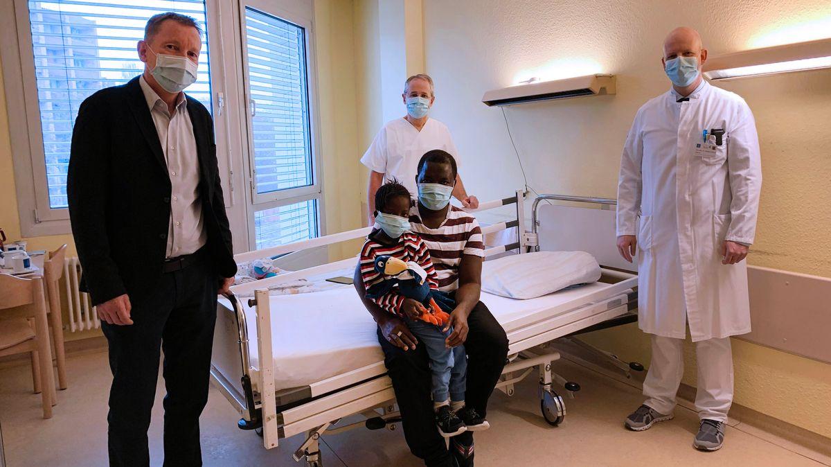 Isatou mit ihrem Vater und dem Ärzte-Team in der Klinik St. Hedwig.