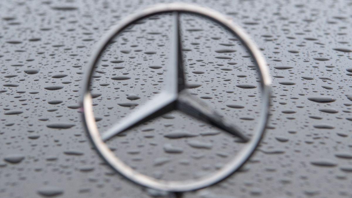 Mercedes-Stern auf verregneter Autohaube