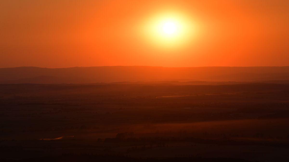 Glutroter Sonnenuntergang über Deutschland.