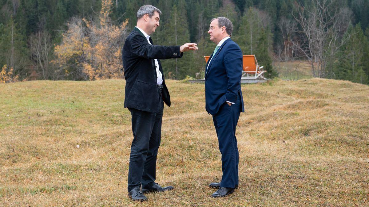 Markus Söder (l, CSU), Ministerpräsident von Bayern, und Armin Laschet (CDU), Ministerpräsident von Nordrhein-Westfalen, stehen während einer Pause der Jahreskonferenz der Ministerpräsidenten zusammen. (Archivbild)