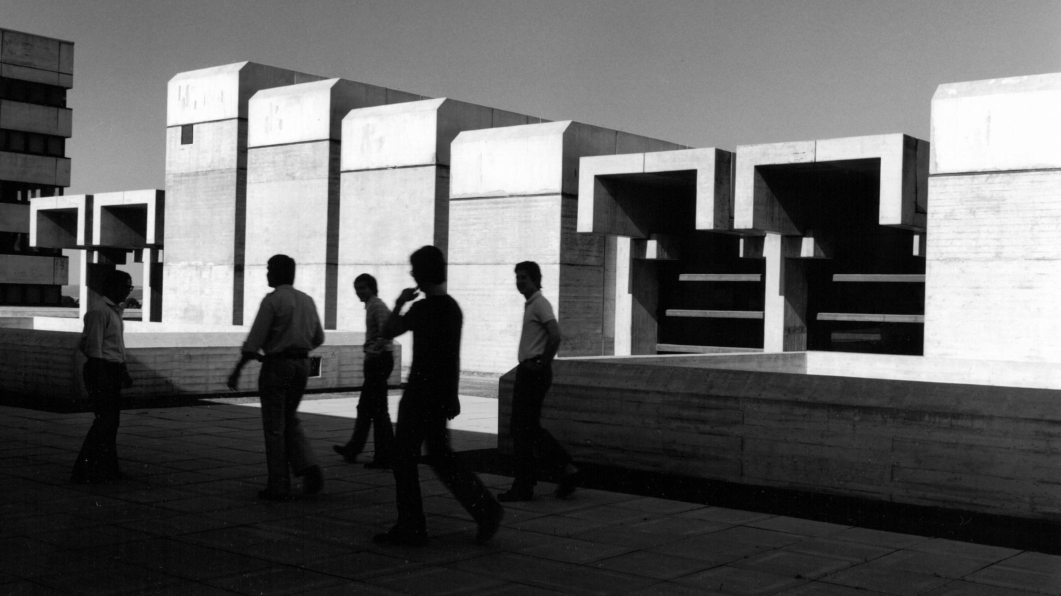 Passanten vor einem gestaffelten Betongebäude (Hörsaalgebäude der Universität Regensburg, 1975)