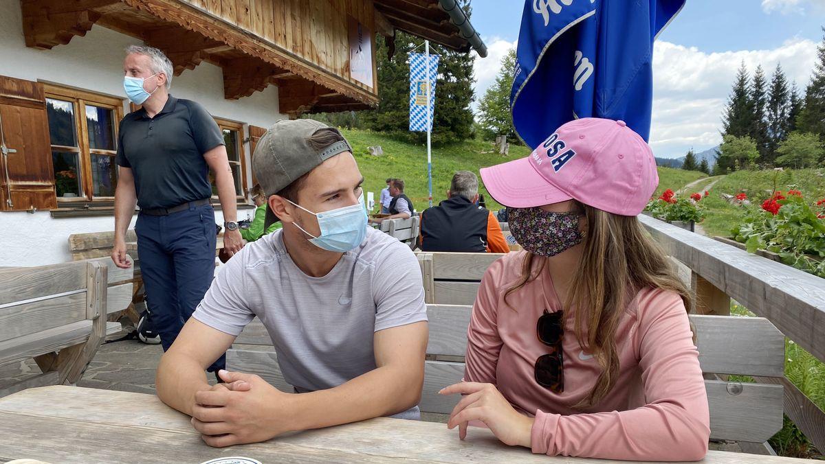 Gäste auf der Terrasse der Albert-Link-Hütte (Symbolbild)
