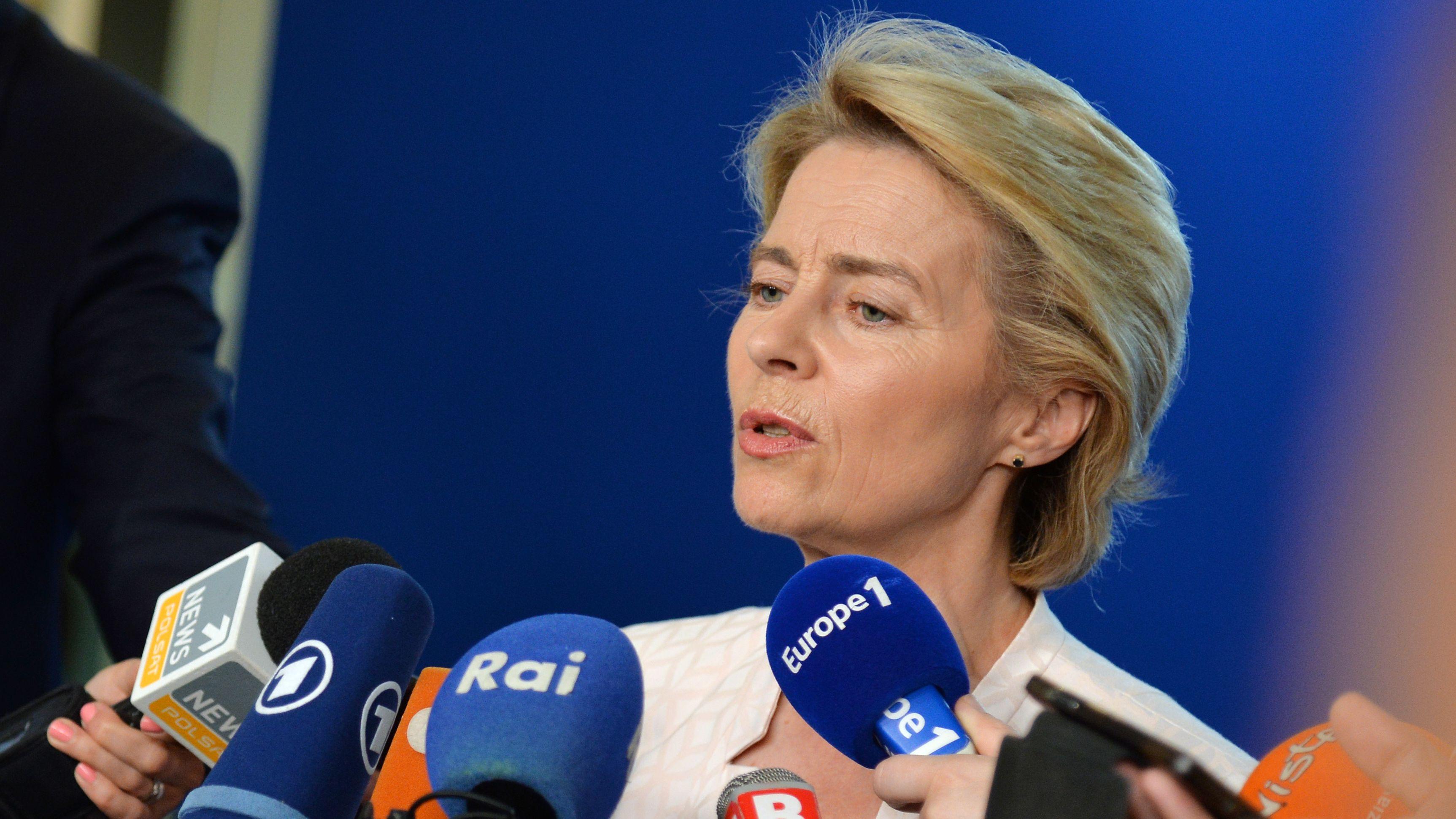 Noch-Verteidigungsministerin Ursula von der Leyen gibt in Straßburg ein Interview.