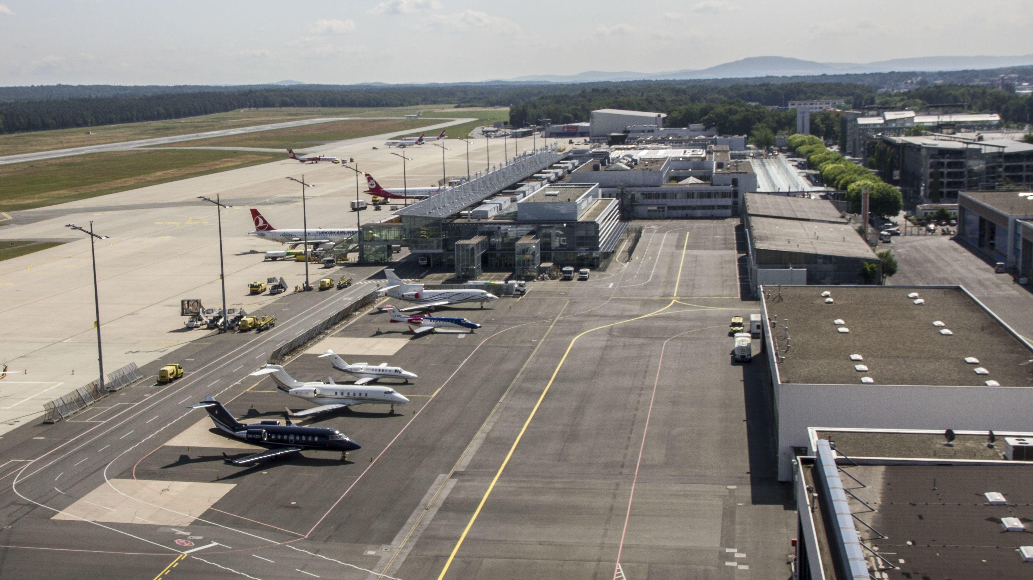 Mehrere Flugzeuge stehen neben dem Rollfeld am Nürnberger Flughafen