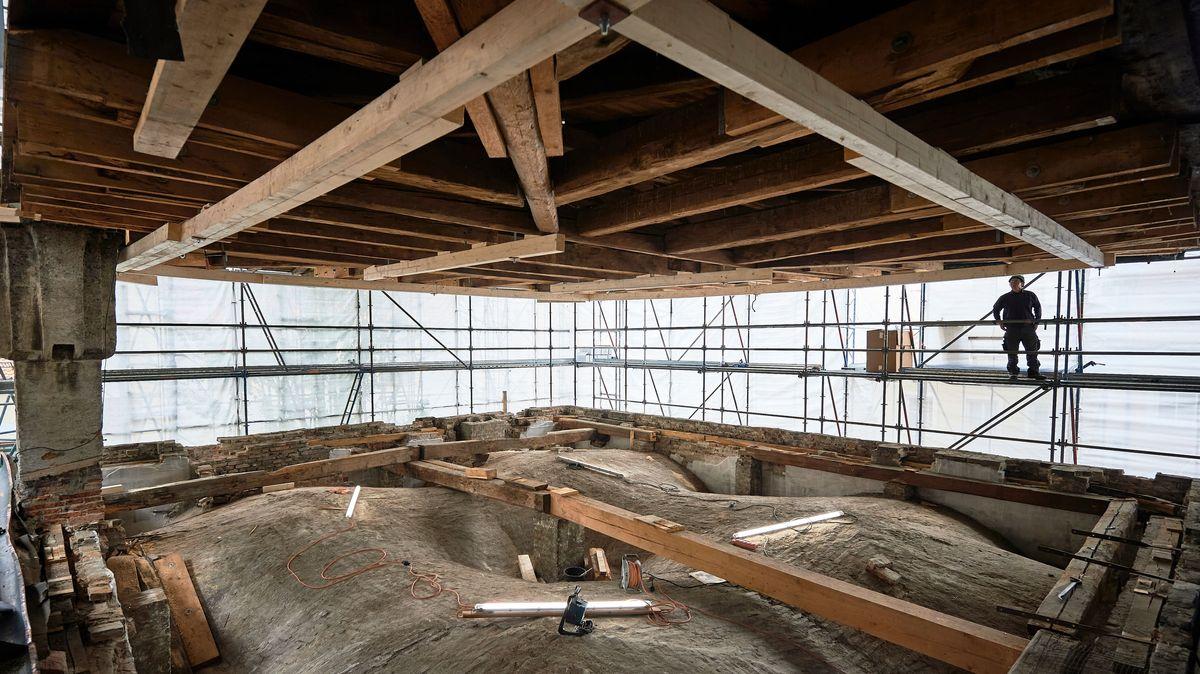 Das Kupferdach der Hofküche wurde für weitere Sanierungsarbeiten angehoben. Darunter wird das Gewölbe von oben sichtbar.