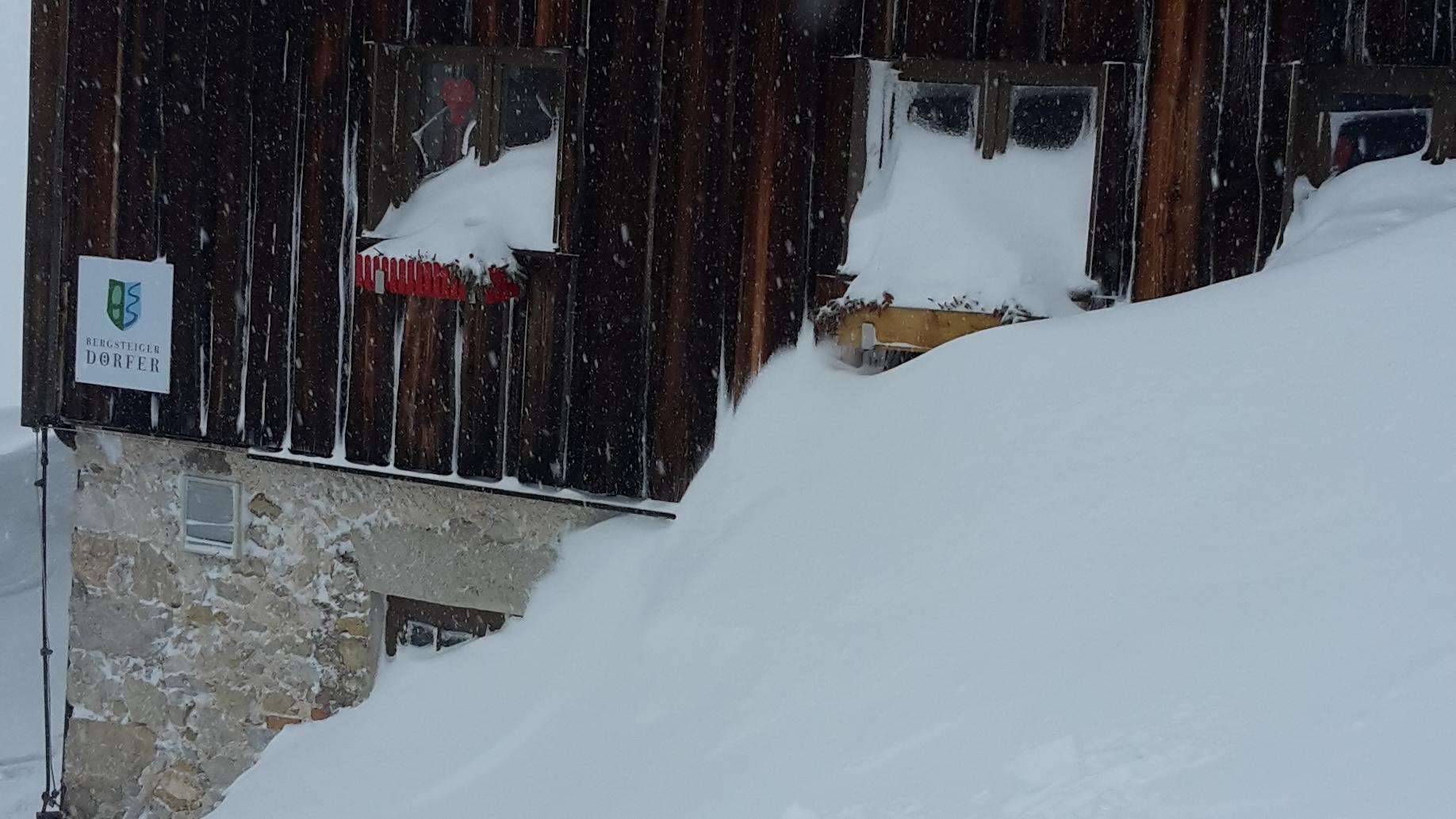 Die Priener Hütte versinkt im Schnee