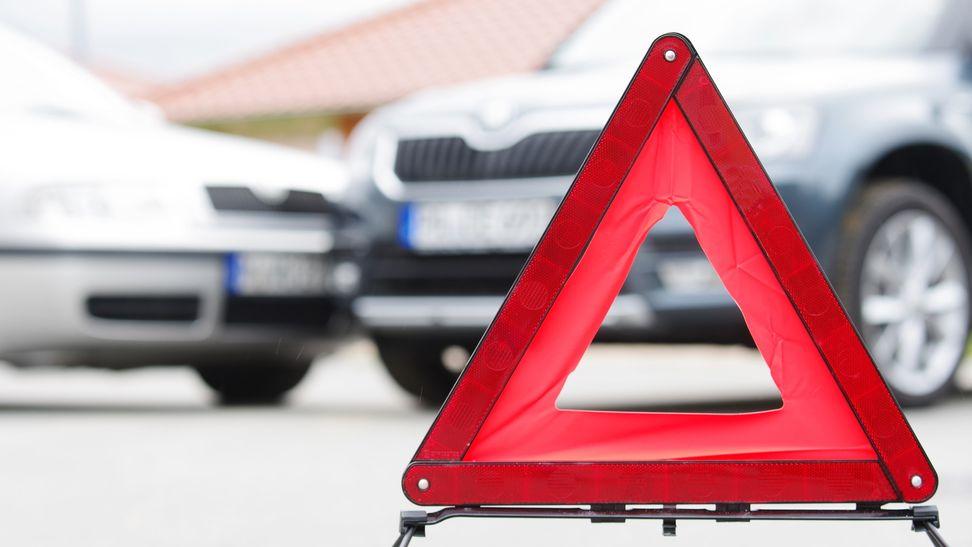 Ein Warndreieck an einem Unfallort (Symbolbild)
