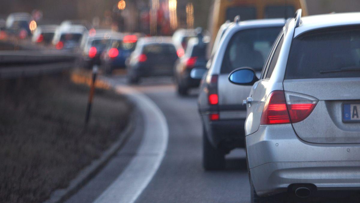 Fahrzeuge stauen sich in München im Berufsverkehr.