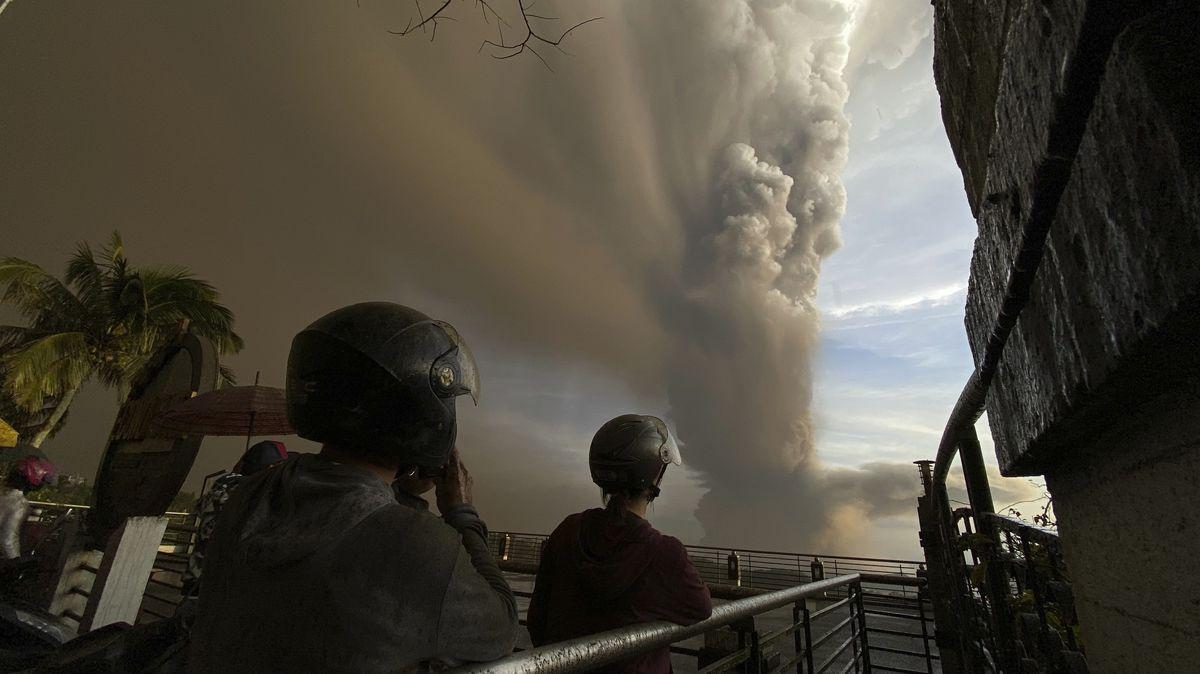 "Menschen beobachten riesige Rauchwolke über Vulkan ""Taal"""
