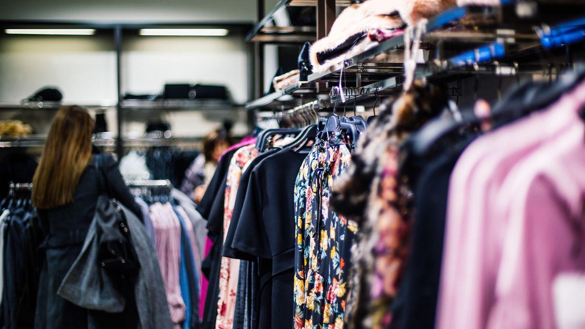 Frau beim Shoppen in einem Bekleidungsgeschäft.