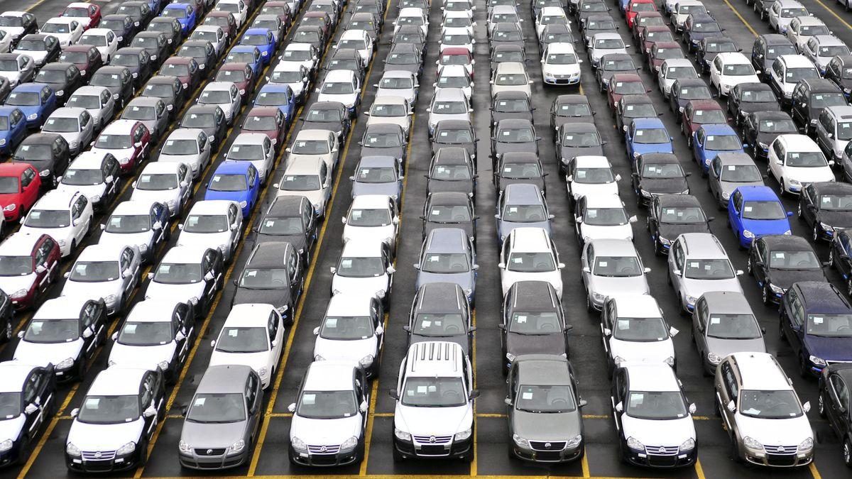 Zahlreiche Neuwagen stehen auf einem Parkplatz