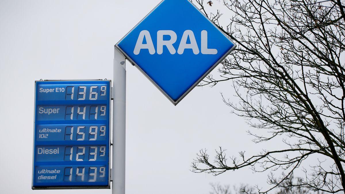 Die Preisanzeige einer Tankstelle.