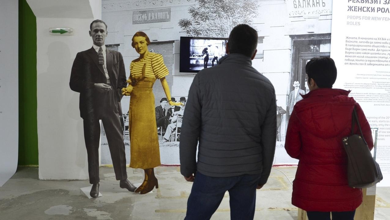 """Zwei Besucher besichtigen die Ausstellung """"Die Stadt des Tabak"""" in den alten Tabaklagern der Stadt Plowdiw."""