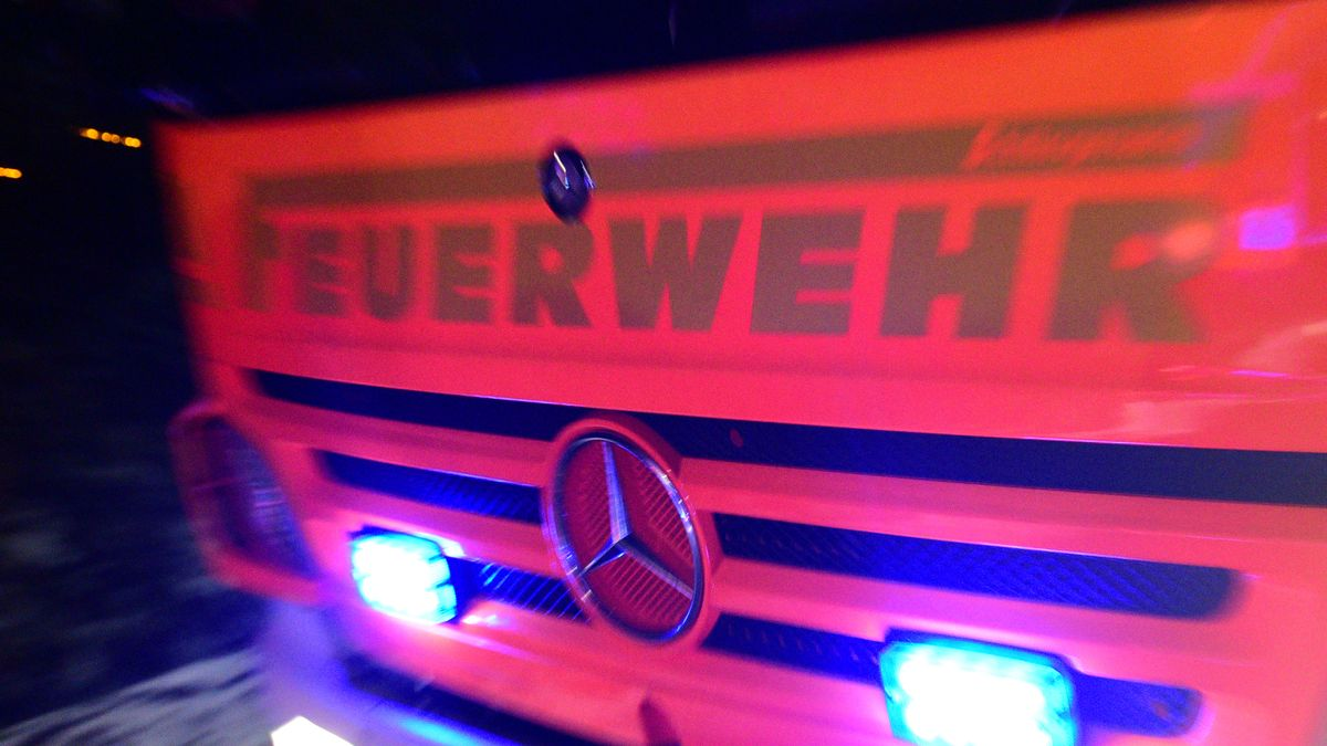 Fahrzeug der Feuerwehr mit eingeschaltetem Blaulicht im Einsatz (Symbolbild)