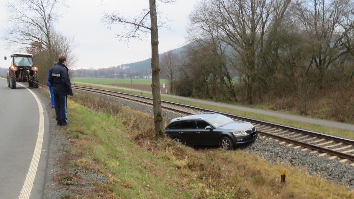 Ein Autofahrer verlor im Landkreis Kulmbach die Kontrolle über sein Fahrzeug und landete auf Bahngleisen.