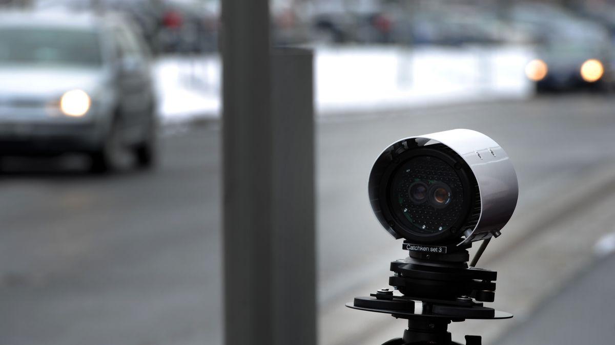 Autos fahren bei einem Pressetermin der Bereitschaftspolizei in Dresden am System zur automatischen Kennzeichenerkennung (AKES) vorbei.