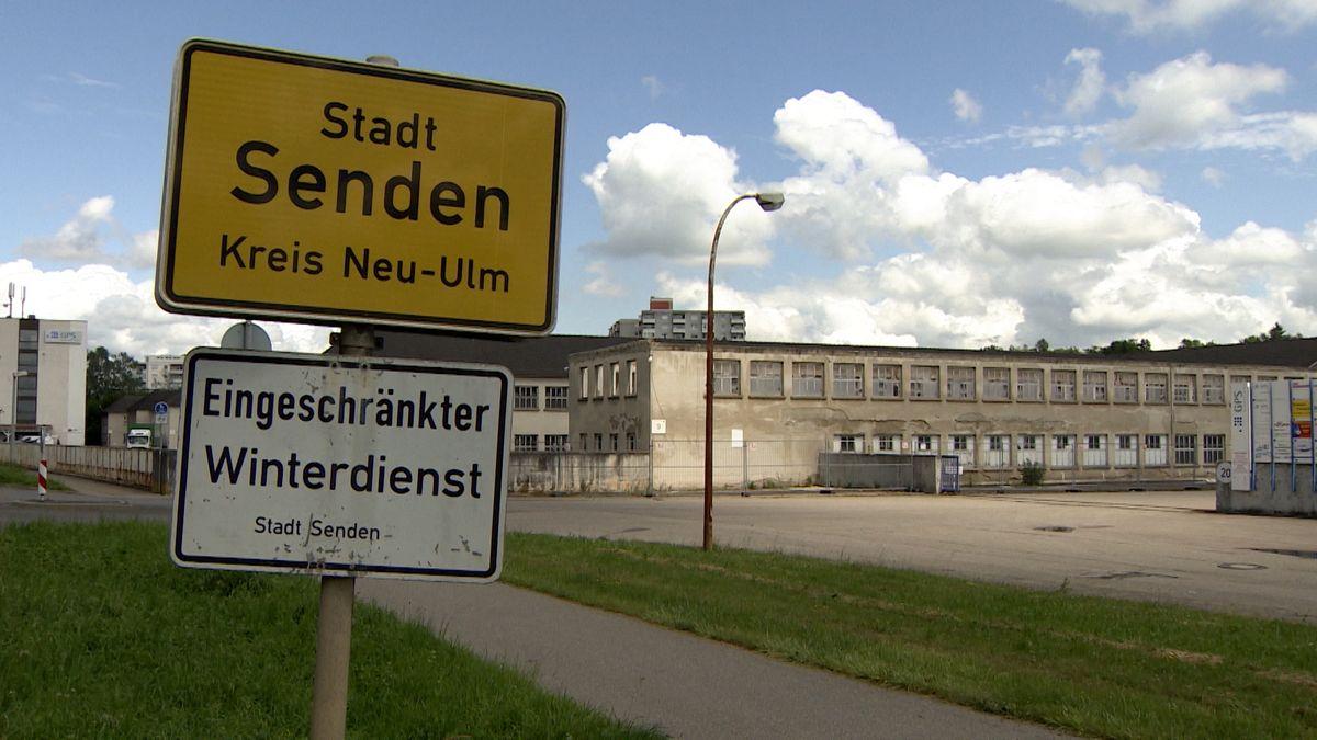 """Ortschschild """"Senden"""" vor alten Fabrikhallen"""