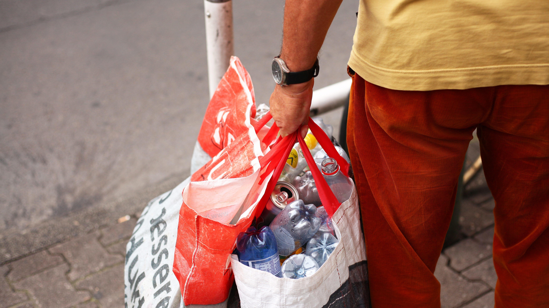 Ein Pfandflaschen-Sammler mit reicher Ausbeute.