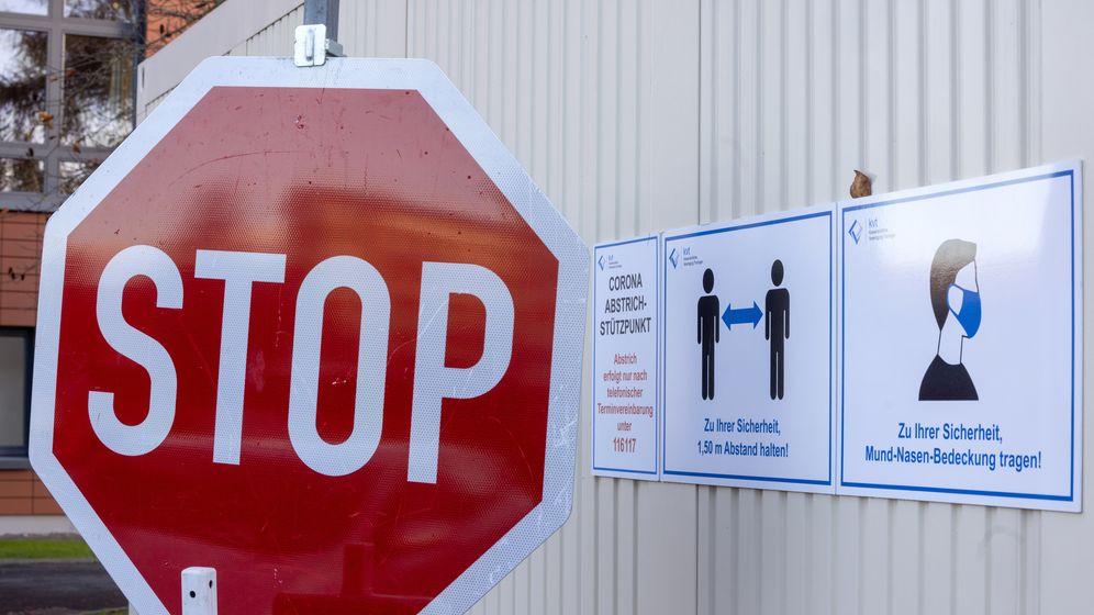 Stoppschild am Corona-Abstrichstützpunkt Hildburghausen.   Bild:dpa-Bildfunk/Michael Reichel