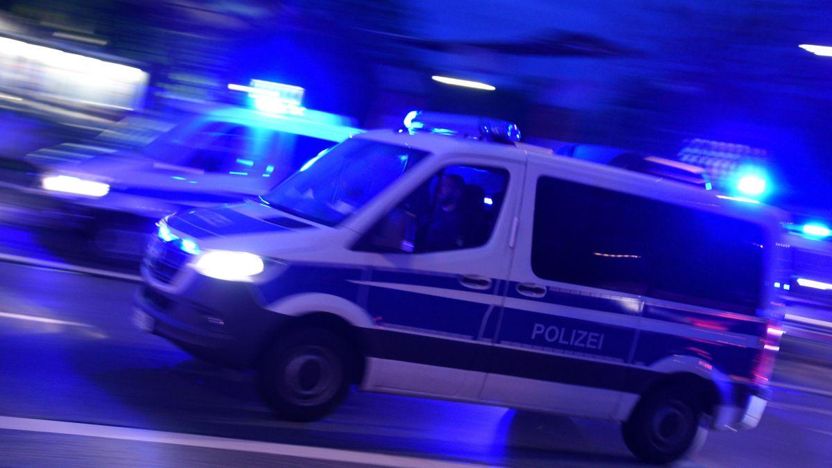 Kräfte der Polizei fahren mit Blaulicht zu einem Einsatz.