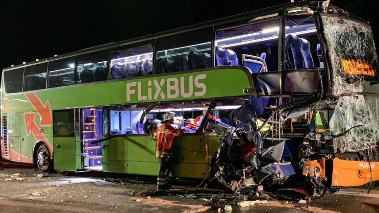Baden-Württemberg, Weingarten: Ein Reisebus steht nach einem Unfall auf der A5. Der Bus war auf der Autobahn 5 auf einen Lastwagen aufgefahren. Drei Menschen wurden nach Polizeiangaben schwer verletzt.