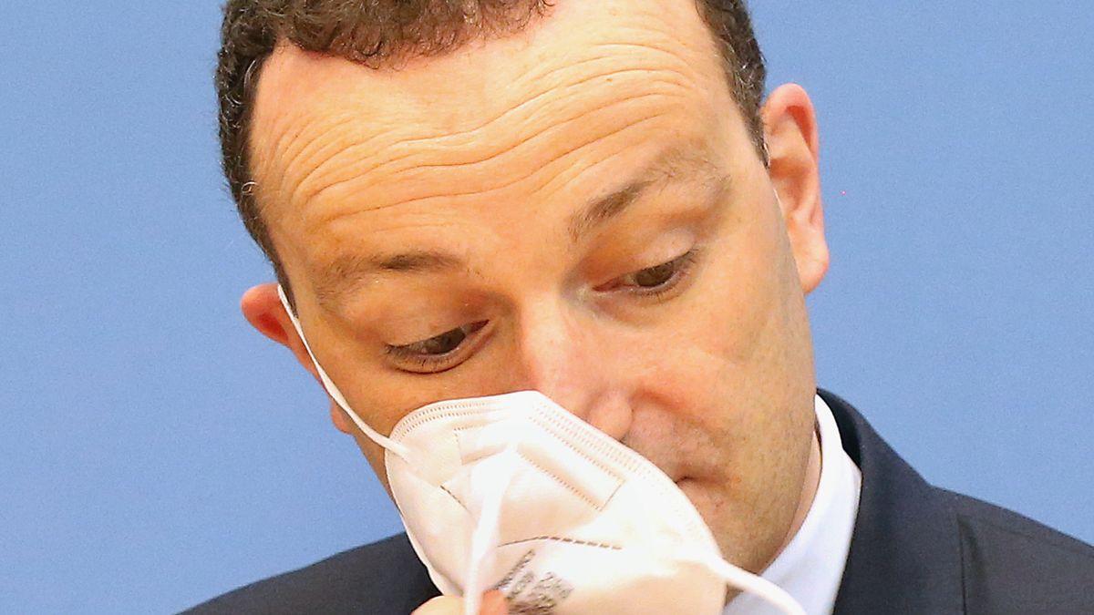 Jens Spahn (CDU), Bundesgesundheitsminister, nimmt auf einer Pressekonferenz seine Atemschutzmaske ab