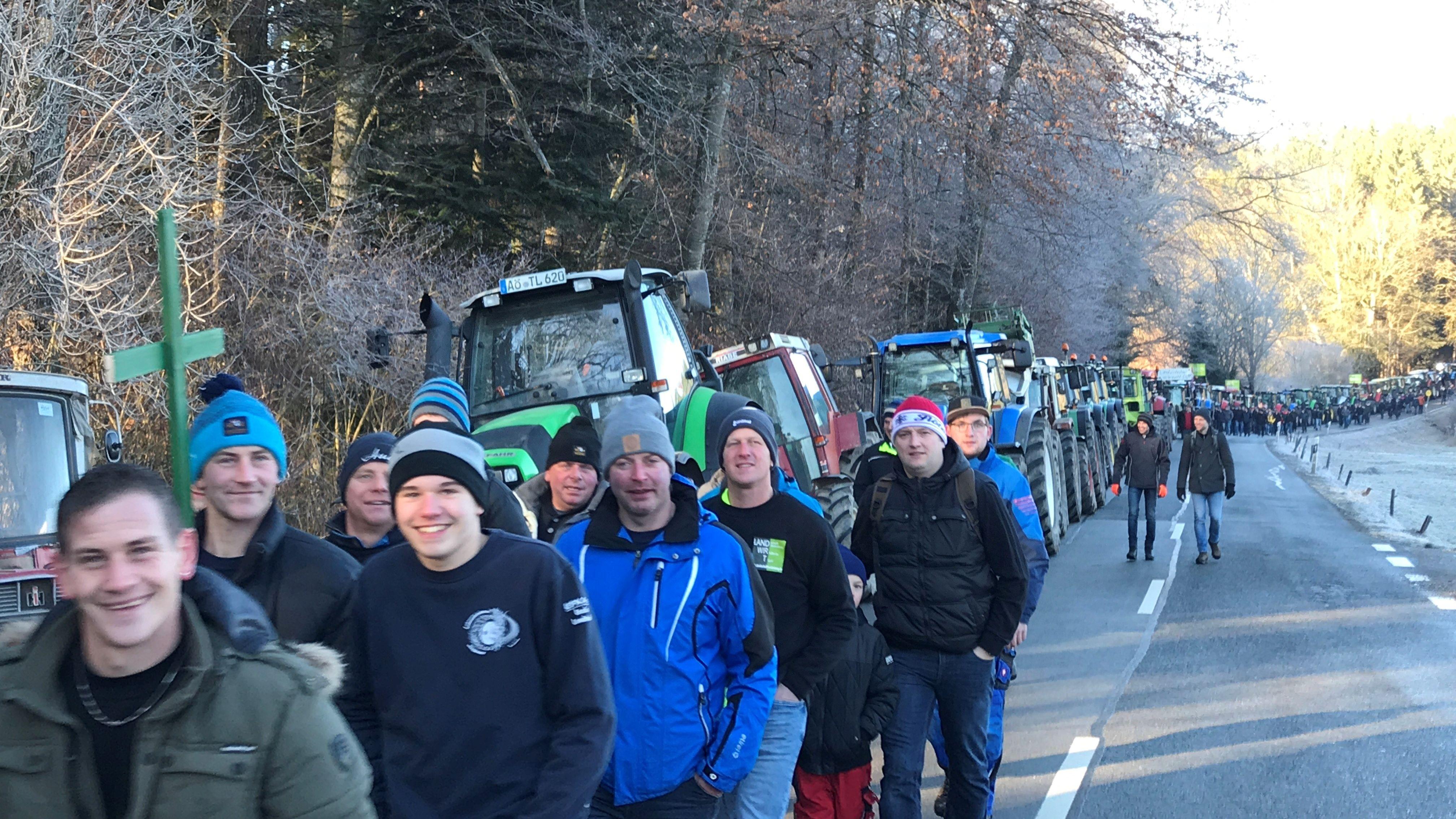 Tausende Landwirte haben sich mit ihren Traktoren auf den Weg nach Kloster Seeon gemacht.